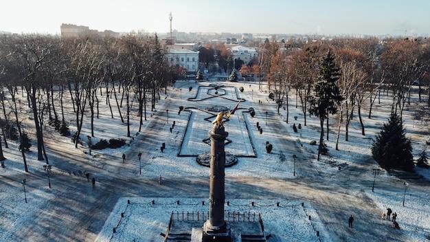 Drone aereo video fo statua di gloria dell'aquila reale nel centro della città di poltava. filmati fullhd di alta qualità