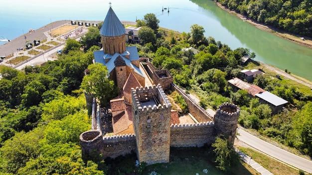 Vista aerea del drone del castello di ananuri, georgia. fiume aragvi, verde