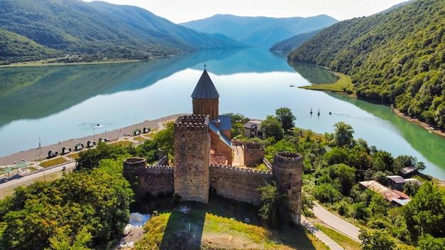Vista aerea del drone del castello di ananuri, georgia. fiume aragvi, pendii collinari ricoperti di verde