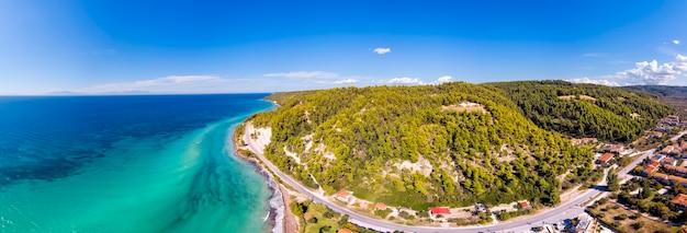 Vista aerea drone di fourka skala mare e pineta in halkidiki, grecia