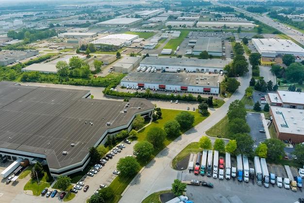 Vista aerea del drone di un gruppo di grandi magazzini industriali moderni o edifici di fabbrica nel terminal merci di trasporto logistico