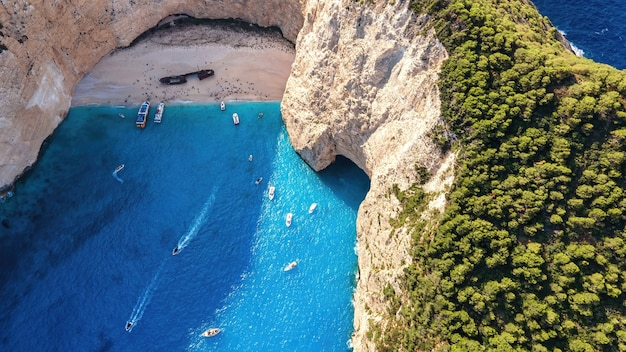 Vista aerea del drone della costa del mar ionio di zante, grecia