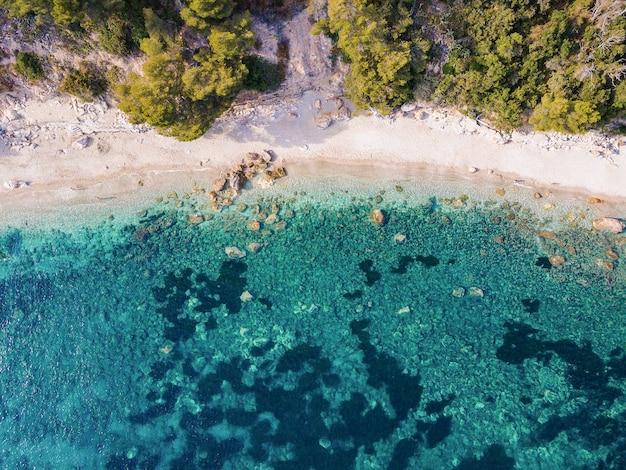 Vista aerea del drone della costa mediterranea in francia, tolone. mare trasparente con acqua azzurra.