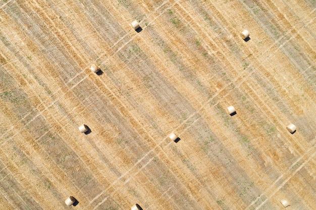Vista aerea drone del campo falciato con rotoli di balle di fieno sparsi