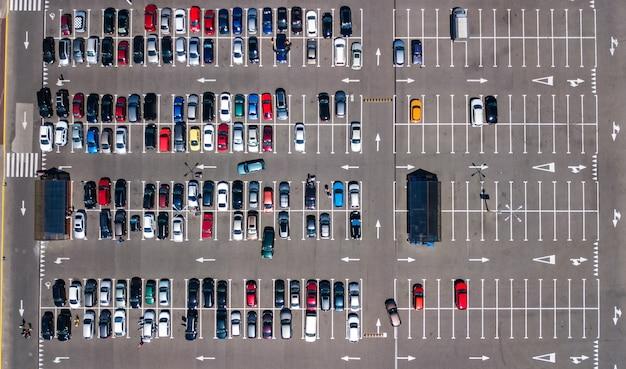 Vista aerea del fuco del parcheggio con molte automobili da sopra, trasporto della città e concetto urbano