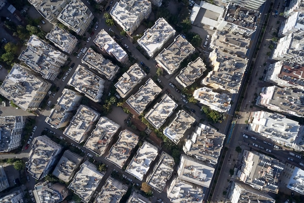 Vista aerea con drone sui tetti e sulla strada.