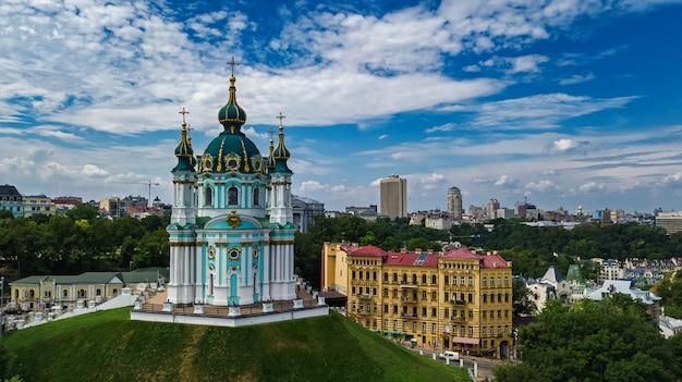 Vista aerea del drone della chiesa di sant'andrea e andreevska street dall'alto, paesaggio urbano del distretto di podol, città di kiev (kiev), ucraina