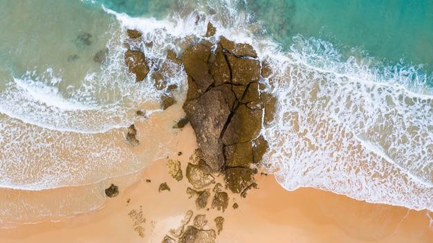 Vista aerea delle onde del drone