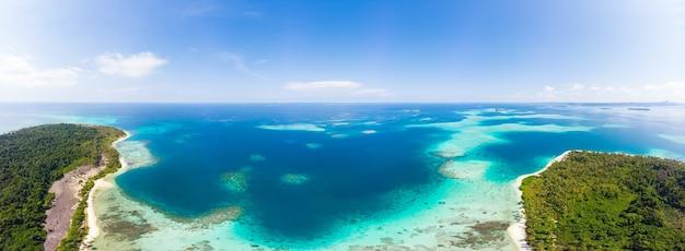 Antenna: spiaggia di sabbia bianca esotica isola tropicale lontano da tutto, acqua turchese del mare dei caraibi barriera corallina. indonesia sumatra isole banyak