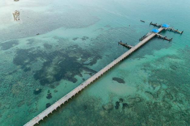 Colpo aereo del fuco di vista dell'angolo alto del ponte lungo dentro al mare tropicale.