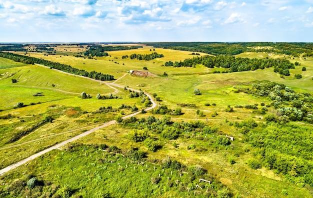 Paesaggio aereo dell'altopiano della russia centrale. villaggio di lukyanchikovo, regione di kursk.
