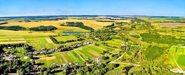 Paesaggio aereo dell'altopiano della russia centrale. villaggio di pozdnyakovo, regione di kursk.