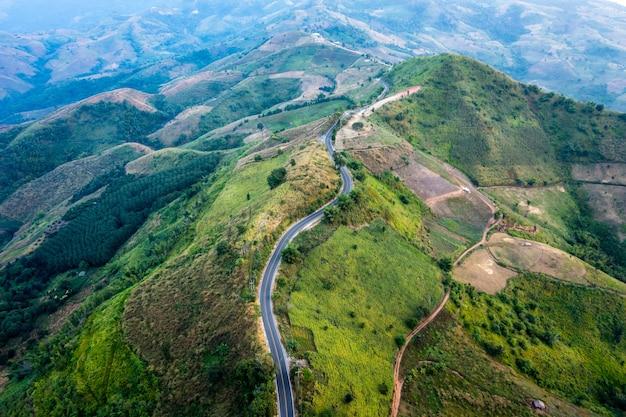 Strada aerea di vista del paesaggio sopra la cima delle montagne a chiang rai thailandia