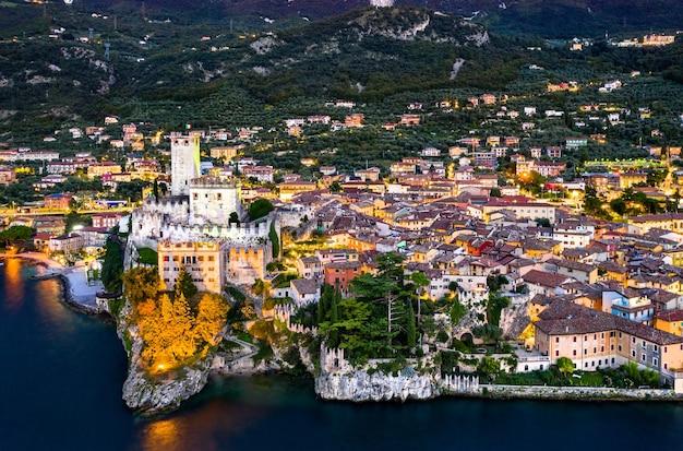 Veduta aerea notturna del castello scaligero a malcesine - lago di garda, italia settentrionale