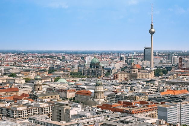 Panorama aereo di berlino da mongolfiera con le principali attrazioni turistiche nel quartiere centrale di berlino in germania
