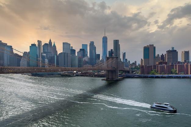 Vista panoramica aerea in barca a vela nel fiume hudson vicino al centro di new york city.
