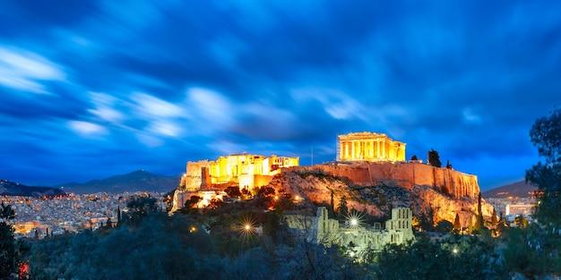 Vista panoramica aerea della collina dell'acropoli, coronata dal partenone durante l'ora blu serale ad atene, grecia