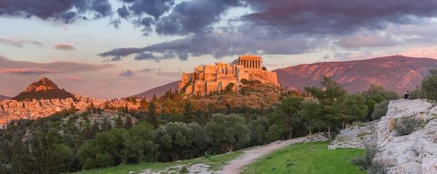 Vista panoramica aerea della collina dell'acropoli con il partenone e il monte lycabettus al meraviglioso tramonto ad atene, grecia