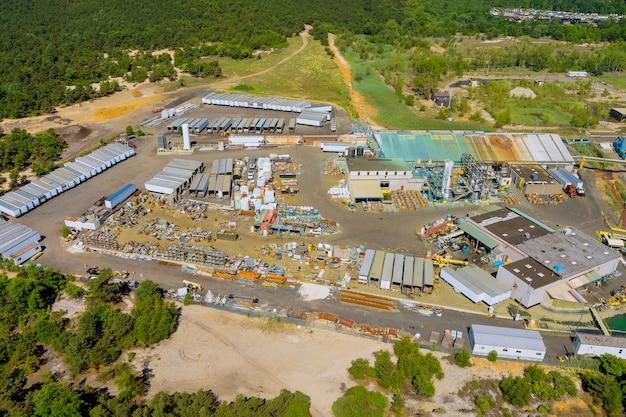 Linea di produzione di fabbrica chimica con vista panoramica aerea per la consegna di componenti.