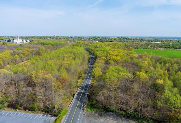 Vista panoramica aerea di una strada autostradale nel mezzo della foresta