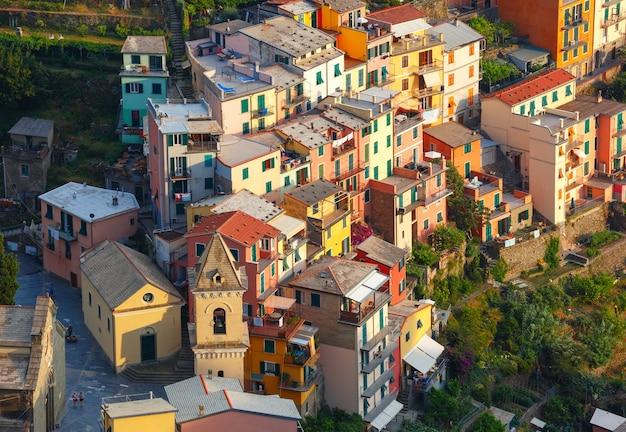 Vista panoramica aerea del villaggio di pescatori di manarola in cinque terre, parco nazionale delle cinque terre, liguria, italia.