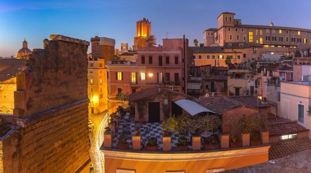Vista panoramica aerea dei tetti della città vecchia di notte a roma, italia.