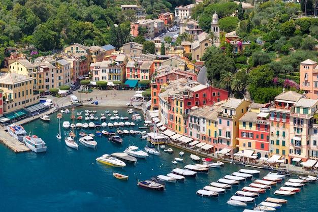 Vista panoramica aerea del pittoresco porto del villaggio di pescatori di portofino sulla riviera italiana, liguria, italia.