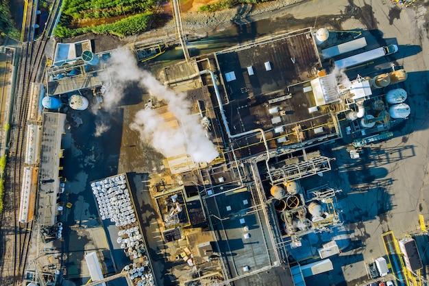 Vista panoramica aerea dei serbatoi per la miscelazione chimica impianto industriale con zona del sistema industriale della forma chimica