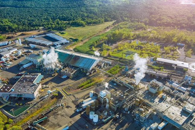 Vista panoramica aerea di serbatoi per impianti industriali di miscelazione chimica con industria chimica