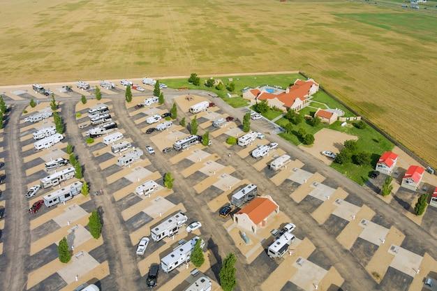 Vista panoramica aerea della ricreazione di viaggio nel parco del campeggio dei veicoli rv con il resort