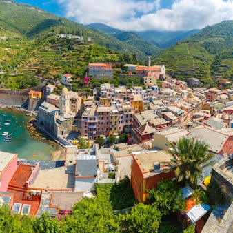 Vista panoramica aerea del villaggio di pescatori di vernazza in cinque terre, parco nazionale delle cinque terre, liguria, italia.