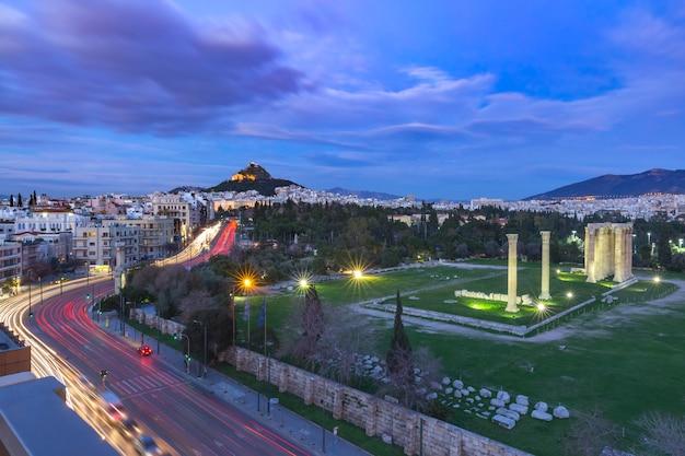 Vista panoramica aerea con rovine e colonne del tempio di zeus olimpio, monte licabetto di notte, atene, grecia