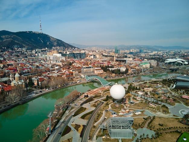 Foto aerea. paesaggio della città di tbilisi e del fiume kura. tbilisi, georgia - 17.03.2021