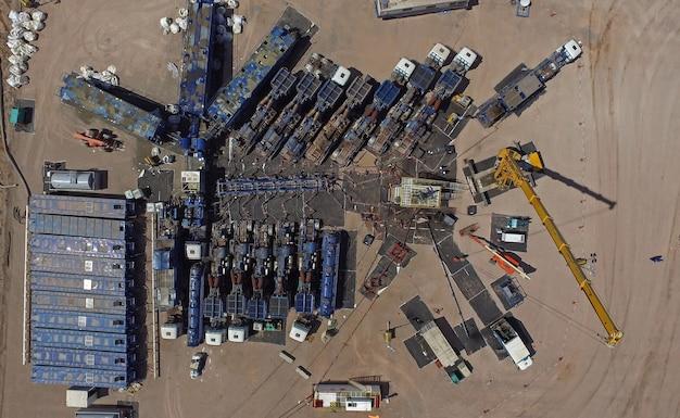 Foto aerea di apparecchiature di fratturazione idraulica. (fracking)