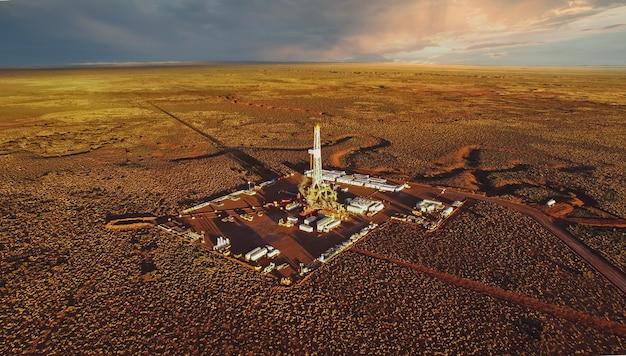 Foto aerea dell'attrezzatura di fratturazione idraulica al tramonto. (fracking)