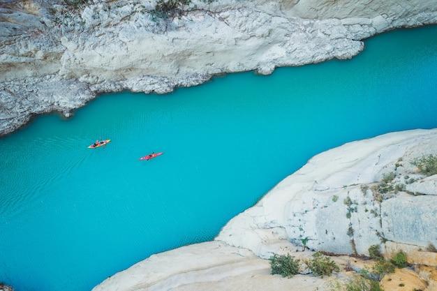 Foto aerea di un kayak in un fiume tra le montagne