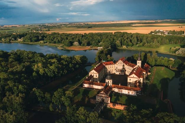 Foto aerea castello di nesvizh in serata autunnale