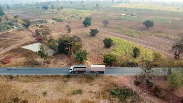 Fotografia aerea, camion da carico su strada, fotografia con drone.