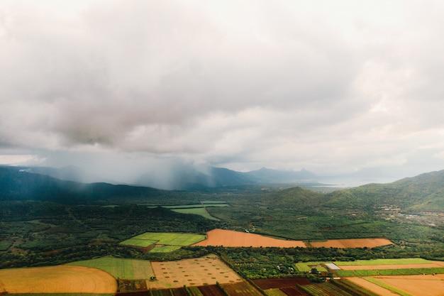 Fotografia aerea di campi agricoli situati sull'isola di mauritius