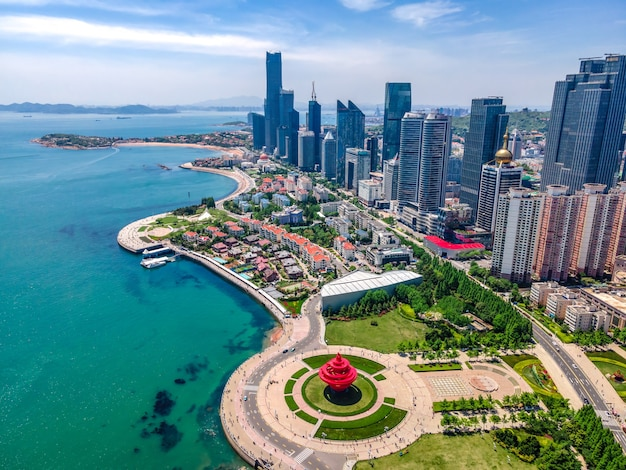 Fotografia aerea dell'orizzonte del paesaggio architettonico lungo la costa urbana di qingdaoo