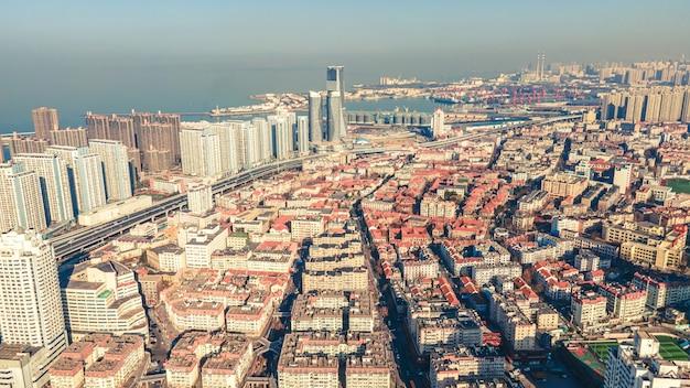 La fotografia aerea dello skyline del paesaggio architettonico nella baia di qingdao