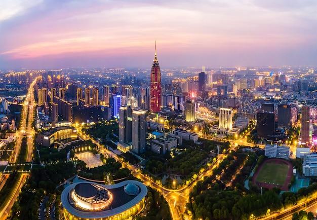 Vista notturna dell'orizzonte della costruzione della città di changzhou di fotografia aerea
