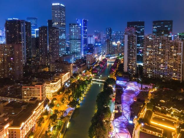 Fotografia aerea di edifici moderni nel centro di chengdu di notte