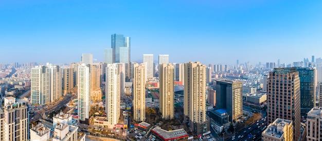 Fotografia aerea di edifici moderni nel centro di qingdao
