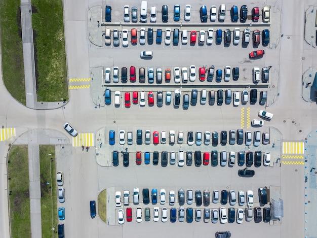 Fotografia aerea del parcheggio moderno della città. parcheggio auto visto dall'alto.