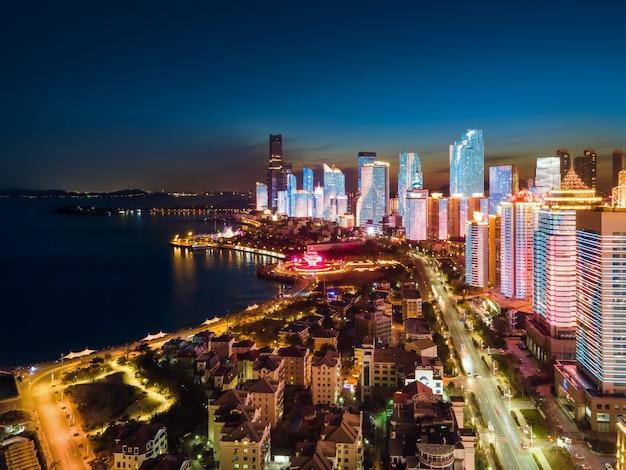 La fotografia aerea della vista notturna del paesaggio architettonico urbano di qingdao, cina