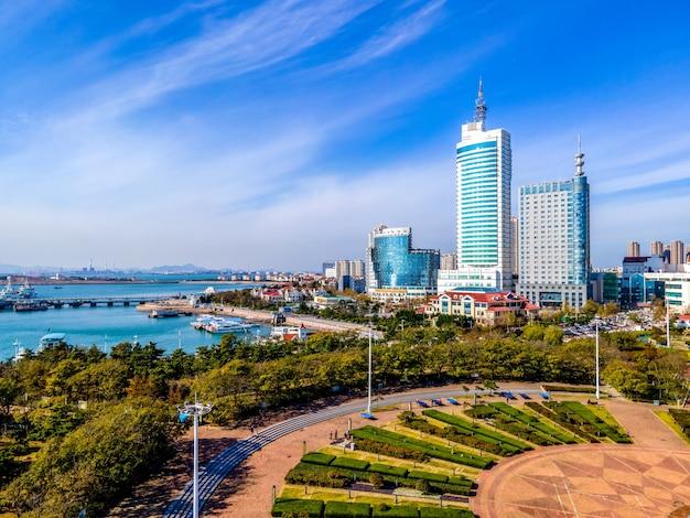 Panorama dell'orizzonte del paesaggio di architettura della città della baia di qingdao di fotografia aerea