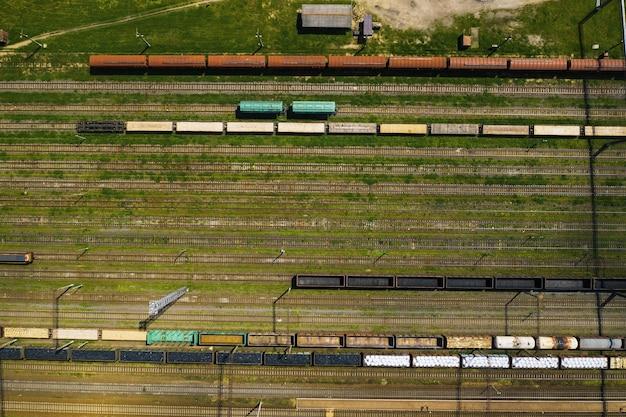 Fotografia aerea di binari ferroviari e automobili.vista dall'alto di automobili e ferrovie.minsk.bielorussia