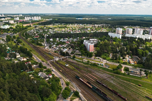 Fotografia aerea di binari ferroviari e automobili.