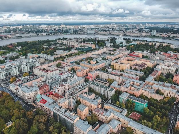 Fotografia aerea di edifici residenziali nel parco, centro città, vecchi edifici, san pietroburgo, russia.